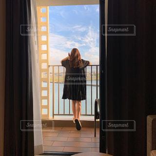 窓の前に立っているの写真・画像素材[2812031]