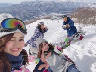 雪に覆われた山の上に立つ人々のグループの写真・画像素材[2814996]