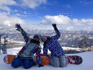 雪の中でベンチに座っている人の写真・画像素材[2814993]