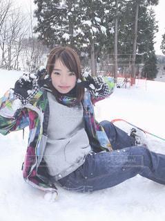 雪の中で自分撮りをする人の写真・画像素材[2814992]