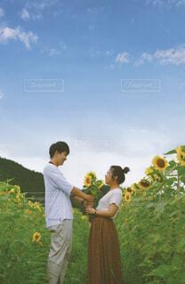 芝生の上に立っている男の写真・画像素材[4050745]