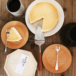 木製テーブルの上のコーヒー カップ - No.1037617