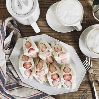 テーブルの上に食べ物のプレートの写真・画像素材[1042322]
