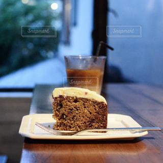 木製のテーブルの上に置かれたケーキの写真・画像素材[2259194]