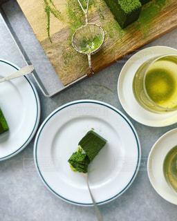 食べ物の皿をテーブルの上に置くの写真・画像素材[3199237]