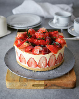 皿に果物が入ったケーキの写真・画像素材[3199241]