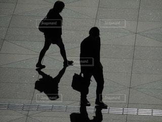 歩く2人の写真・画像素材[814371]
