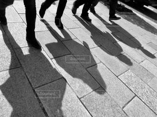 歩道を歩いている人のグループの写真・画像素材[823922]