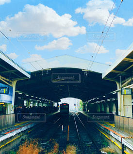 駅の列車の線路上の電車の写真・画像素材[2964406]