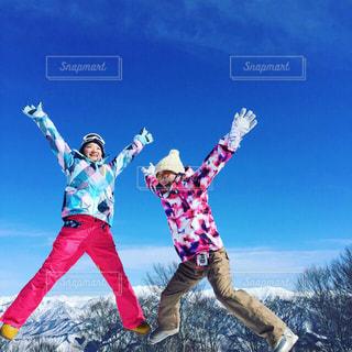 女性,友だち,2人,冬,雪,屋外,ジャンプ,全身,人物,昼,スノボ,ゲレンデ,若い,スキー場,スノーボード,jump,ゲレンデマジック,空中写真