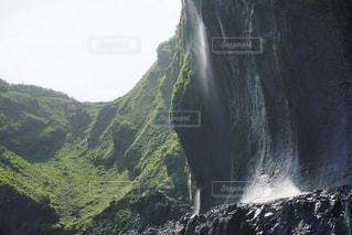 山の中腹に木の滝の写真・画像素材[909238]