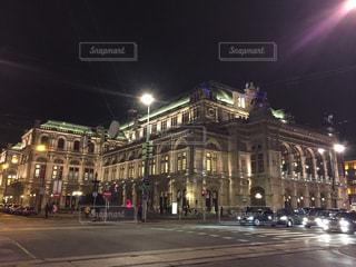 バック グラウンドでウィーン国立歌劇場で夜のライトアップされた街の写真・画像素材[1194770]