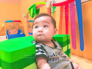 テーブルに座っている小さな子供の写真・画像素材[709850]
