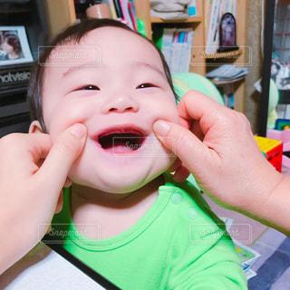 福笑いの小さな男の子の写真・画像素材[825689]