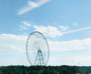 フィールドの中央に時計塔の写真・画像素材[883276]