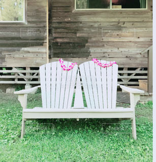 椅子に座っての芝生の椅子のグループ - No.883609