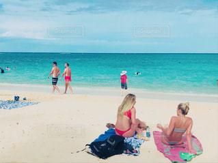 ビーチに座っている人々 のグループの写真・画像素材[883615]