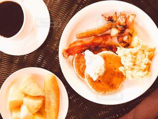 食品とコーヒーのカップのプレートの写真・画像素材[883625]