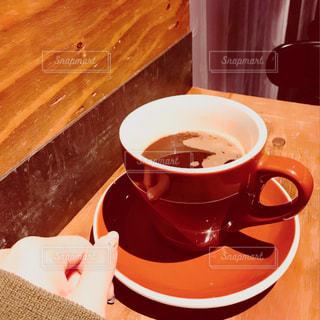 テーブルの上のコーヒー カップの写真・画像素材[883635]