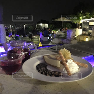 食品のプレートをテーブルに座っている人々 のグループの写真・画像素材[914048]