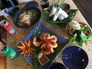 近くのテーブルの上に食べ物をの写真・画像素材[914596]