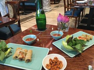 ピクニック用のテーブルの上に食べ物のプレートの写真・画像素材[914645]