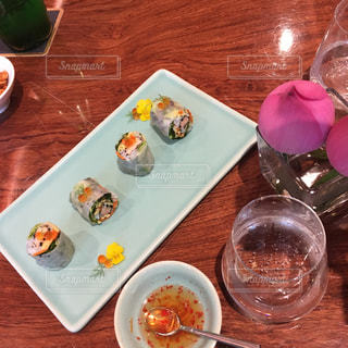 テーブルの上に食べ物のプレートの写真・画像素材[914646]