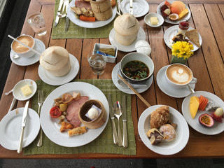 テーブルな皿の上に食べ物のプレートをトッピングの写真・画像素材[919372]