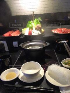 テーブルの上に食べ物のポットの写真・画像素材[920848]
