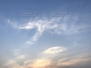 空には雲のグループの写真・画像素材[1103176]