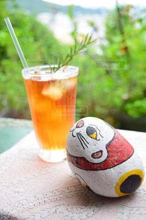 コーヒー カップの横にあるオレンジ ジュースのガラスの写真・画像素材[927530]