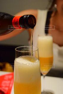 近くにオレンジ ジュースのガラスのの写真・画像素材[931625]