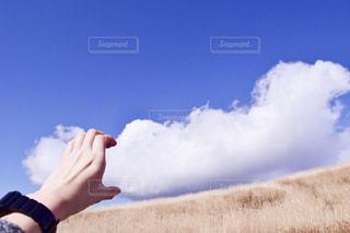 空を飛んでいる人の写真・画像素材[1610465]
