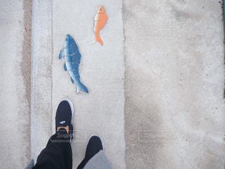 建物の前に黒の靴立って身に着けている脚のペアの写真・画像素材[1810576]