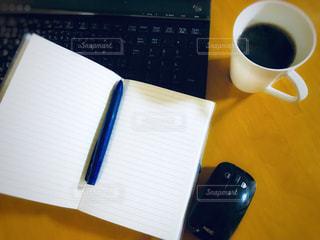 テーブルの上のコーヒー カップの写真・画像素材[923989]