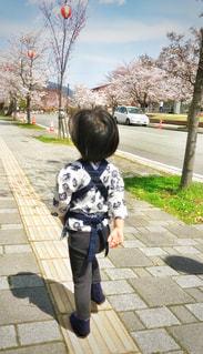 歩道上に立って小さな男の子の写真・画像素材[1397161]