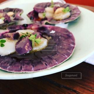 テーブルの上に食べ物のプレートの写真・画像素材[803650]