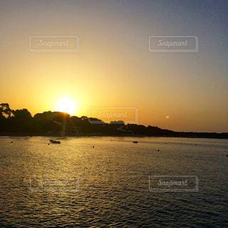 水の体に沈む夕日 - No.986491