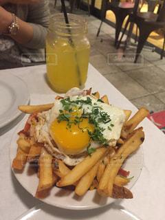サンドイッチ、フライド ポテト、テーブルの上に食べ物のプレートの写真・画像素材[910232]