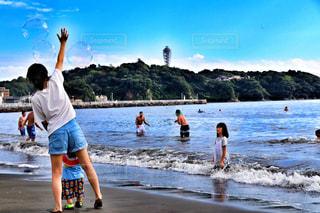 ビーチの上を歩く人々 のグループの写真・画像素材[748504]
