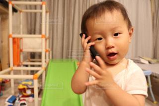 小さな男の子が赤ん坊を保持の写真・画像素材[755421]