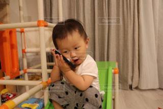 小さな男の子が赤ん坊を保持の写真・画像素材[755428]
