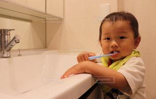浴室で彼の歯を磨く少年の写真・画像素材[775123]