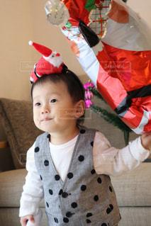 女の子の赤ん坊を保持の写真・画像素材[935408]