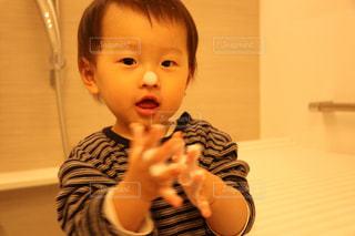 洗顔する男の子の写真・画像素材[971092]