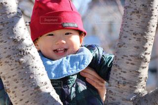 帽子をかぶった小さな男の子の写真・画像素材[1016812]