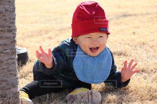 帽子をかぶった小さな男の子の写真・画像素材[1016816]
