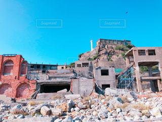 大きな岩のある建物の写真・画像素材[1053708]