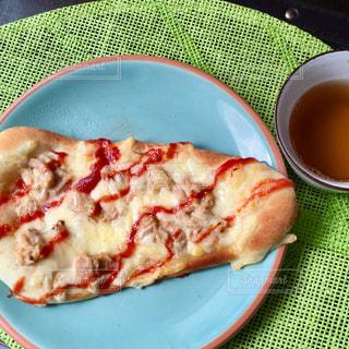 板の上に食べ物のボウルの写真・画像素材[758639]
