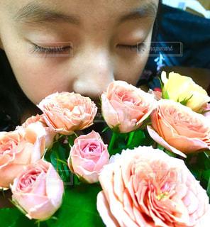 近くにピンクの花の女の子のアップの写真・画像素材[888703]
